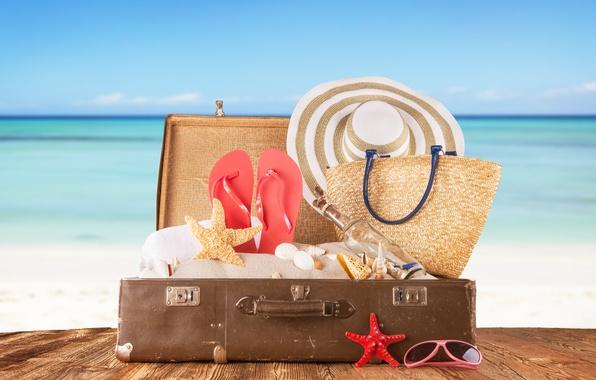 Картинка песок, море, доски, бутылка, шляпа, очки, ракушки, чемодан, сумка, сланцы, морские звезды