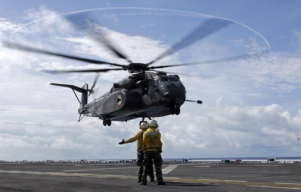 Картинка люди, полоса, вертолет, двое, посадка, HM-15
