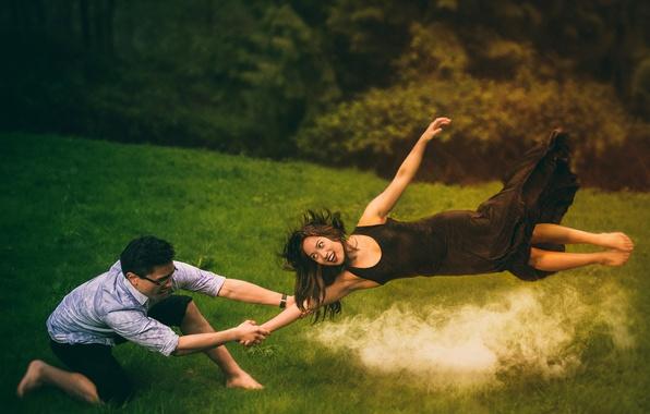 Фото обои дым, улыбка, девушка, парень, шатенка, трава
