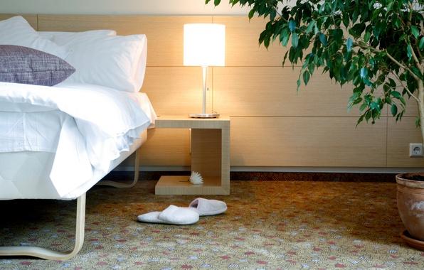 Картинка уют, дом, комната, обои, кровать, интерьер, спальня, тапочки