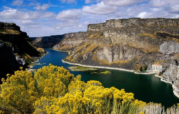 Картинка небо, облака, цветы, горы, озеро, дом, река, скалы, здание, каньон, колонны