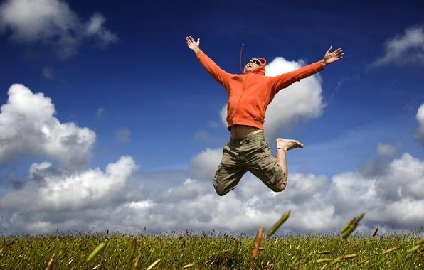 Картинка небо, трава, облака, полет, радость, счастье, настроение, прыжок, мужчина, парень