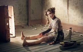 Обои кукла, на полу, прическа, образ, чемодан, сидит, платье, модель, поза, свет, актриса, Robert Ascroft, Alison ...