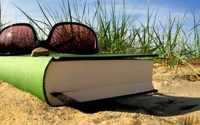 Картинка песок, лето, трава, отдых, очки, книга, закладка
