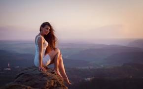 Картинка девушка, закат, камень, вид, высота, платье, ножки