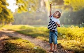 Картинка лето, солнце, детство, мальчик, мыльные пузыри, футболка, палец