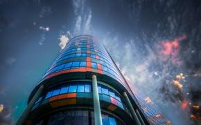 Обои небо, стекло, облака, город, отражение, здание, цвет