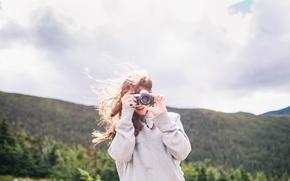 Картинка девушка, фотоаппарат, фотографирует, снимает