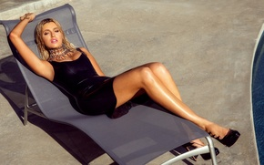 Картинка взгляд, украшения, поза, модель, бассейн, фигура, платье, прическа, блондинка, шезлонг, туфли, лежит, ножки, в черном, …
