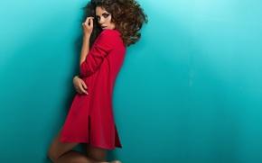 Обои взгляд, девушка, поза, модель, волосы, макияж, кудри, пальто, завивка, красное. фон