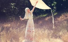 Картинка трава, солнце, Kirsten Dunst, поляна, модель, актриса, воздушный змей, блондинка, фотосессия, The Edit, Кирстен Данст, …