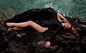 Lana Del Rey, Лана Дель Рей, девушка, певица, платье, черное, ноги, туфли, вода, камни обои