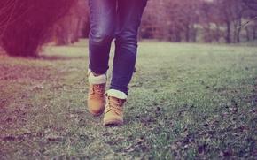 Картинка трава, ноги, джинсы, ботинки, шаг