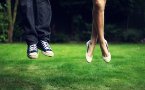 Картинка зелень, трава, девушка, пейзаж, природа, фон, прыжок, ноги, настроения, кеды, джинсы, луг, мужчина, взлет, синие, ...
