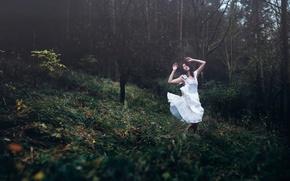 Обои девушка, Dreamweaver, лес, танец, Andrea Peipe, платье
