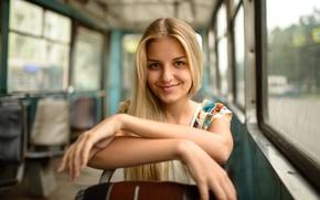 Картинка взгляд, девушка, радость, лицо, улыбка, транспорт, милая, портрет, платье, блондинка, трамвай, сиденья, красивая, салон, young, …