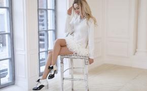 Картинка девушка, улыбка, актриса, блондинка, стул, ножки, Наталья Рудова