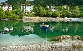 Обои лодка, отражение, Италия, дома, деревья, берег, вода, Molveno, река, камни