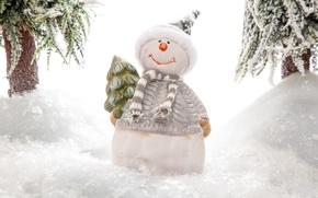 Обои фигурка, снеговик, снег, шапочка, ёлка