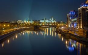 Картинка город, огни, река, здания, вечер, фонари, Москва, башни, Кремль, набережная