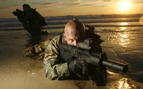 Картинка пистолет, солдат, лысый, автомат, пулемет, глушитель, пламегаситель