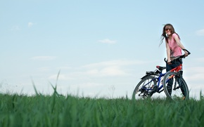 Обои поле, небо, девушка, радость, велосипед