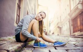 Картинка девушка, улыбка, улица, спорт, шатенка, мостовая, кроссовки