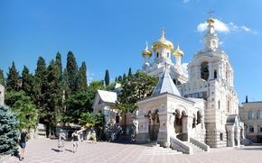 Картинка солнце, деревья, пальмы, площадь, церковь, храм, Крым, купола, Ялта