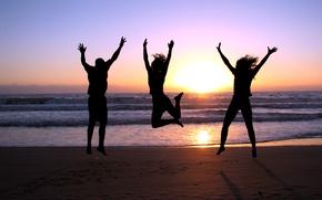 Картинка море, пляж, радость, закат, девушки, прыжок, берег, парень, трое