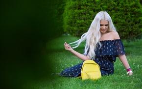 Картинка трава, лицо, стиль, волосы, платье, блондинка, сумка, красотка