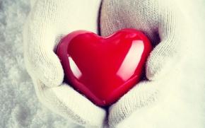 Картинка зима, снег, любовь, сердце, руки, варежки
