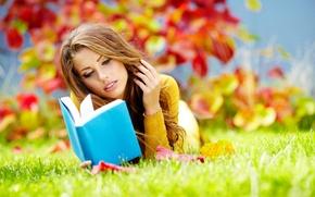 девушка, шатенка, книга, парк, трава, листья, осень обои