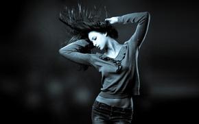 Обои энергия, девушка, синий, серый, движение, спорт, танец, джинсы, брюнетка