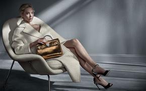 Обои модель, кресло, макияж, актриса, прическа, блондинка, туфли, сумка, ножки, пальто, в белом, фотосессия, позирует, сидя, ...