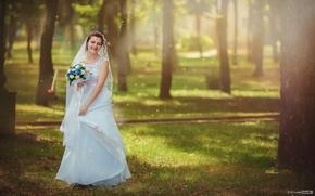 Картинка трава, солнце, деревья, радость, цветы, природа, парк, настроение, букет, платье, шатенка, невеста, в белом