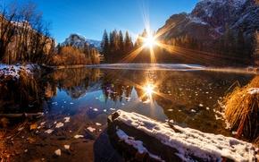 Картинка лес, вода, снег, горы, отражение, Калифорния, США, лучи солнца, Национальный парк Йосемити, Yosemite National Park