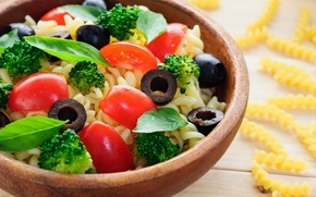 Картинка зелень, помидоры, оливки, макаронное блюдо