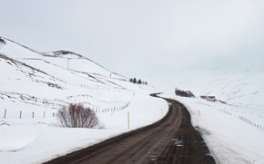 Картинка дорога, снег, туман, дом, линии электропередачи