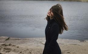 Картинка осень, девушка, озеро, берег, модель, одежда, шатенка, погода, пальто, young, pretty, beauty, боке, russian, wind, …
