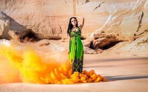 Обои платье, скалы, солнце, клубы, оранжевый, девушка, дым, брюнетка, песок, фигура