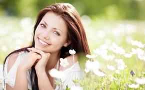 Обои цветы, flowers, lying, attractive, брюнетка, grass, красивая, brunette, Girl, young, привлекательная, summer, smile, Девушка, hair, ...