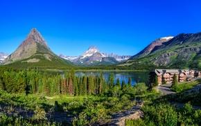 Картинка лес, небо, деревья, горы, озеро, голубое, дома, Монтана, США, солнечно, Glacier National Park, Swiftcurrent Lake