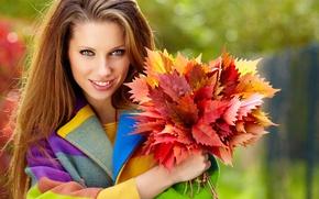 Картинка осень, листья, девушка, улыбка, волосы, шатенка, пальто, длинные, зеленоглазая, бордовые