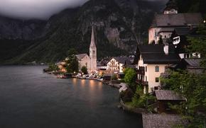 Обои горы, Австрия, дома, деревья, берег, огни, озеро, вечер, сумерки, Hallstatt, скалы, лес