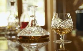 Картинка отражение, стол, размытость, виски, фужер, графин, whisky