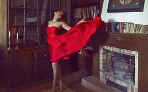 Картинка девушка, лицо, комната, красное, книги, платье, камин, ножки, полки