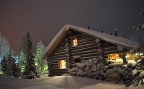 Обои снег, ночь, дом, Зима, ели, сугробы, дрова, ёлки, дача, бревенчатый