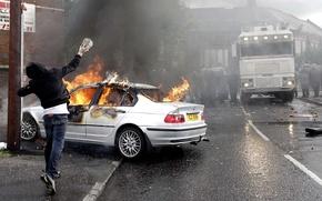 Обои грузовик, хулиган, полиция, горит, парень, беспорядки, камень, ситуации, BMW, огонь