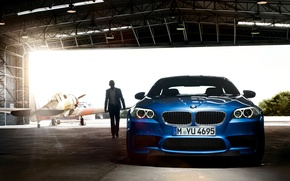 Картинка car, машина, свет, человек, ангар, light, самолёт, 1920x1200, man, plane, hangar, bmw m5 2011