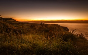 Картинка море, небо, трава, закат, огни, побережье, поля, горизонт